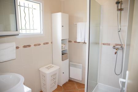 cabine de douche: Salle de bains moderne avec des appareils en c�ramique blanche et cabine de douche