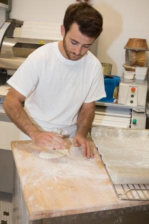 haciendo pan: panadero hacer pan, el hombre manos, amasando una panadería, cocinar escudo