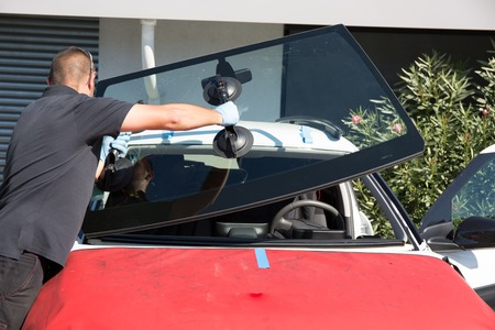 Windshield replacement, man is repairing a windshield Stockfoto