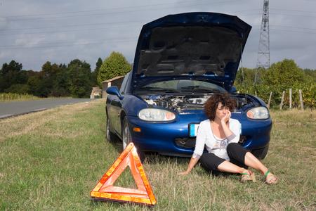 desesperado: Mujer cerca del coche roto espera desesperada de asistencia