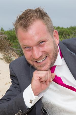 Sourire Blond homme marié posant sur la plage