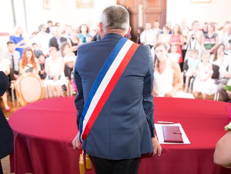 Retour de maire français avec un drapeau écharpe Banque d'images - 65723687