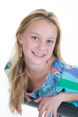 Portrait de jolie écolière blonde, souriante, adolescente ou préadolescente