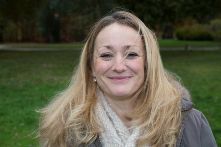 Portret van mooie blonde vrouw outise in het park