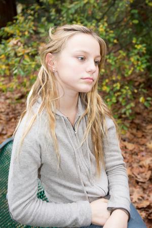 chica triste rubia en un parque Foto de archivo