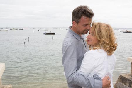 tan encantador, pareja de alto nivel en una playa de las vacaciones