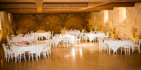 L'intérieur d'une grande salle de réception prête à recevoir des invités pour la grande partie de la soirée Banque d'images - 76877959