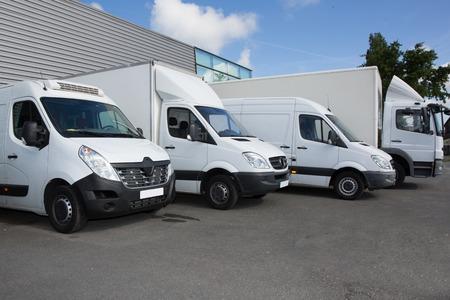 Mehrere Autos Vans und LKWs parkten auf dem Parkplatz zum Verkauf Standard-Bild - 81424161