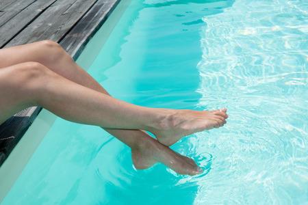 Vrouw schoonheid benen in het zwembad Stockfoto