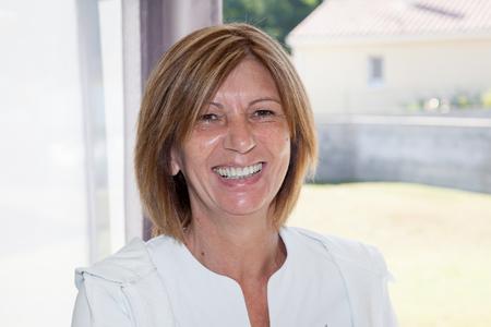 Senior gepensioneerde vrouw thuis blij en lachen Stockfoto - 83340889