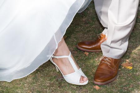 Füße in den Schuhen des Bräutigams und der Braut