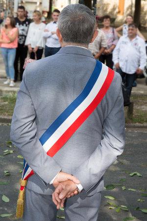 burgemeester van de stad in de straat voor een feestelijke viering
