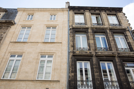 before and after wash cleaned house facade and a dirty one in a city town Stockfoto