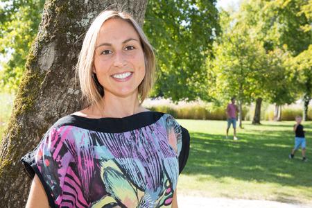 Portret van een mooie lachende vrouw buiten in het park Stockfoto
