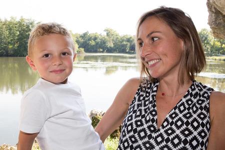 Close-up van moeder en zoon die veel liefs elkaar bekijken Stockfoto - 87901618
