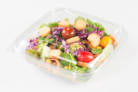 ensalada de verduras frescas en el fondo blanco