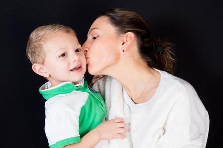 Close-up van moeder en zoon die veel liefs kusend elkaar kijken