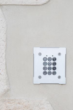 teclado numerico: metal security digital combination lock on the door of the house Foto de archivo