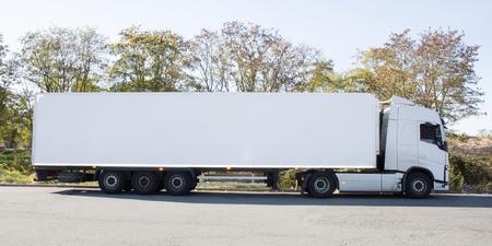 camion long avec camion blanc et remorque