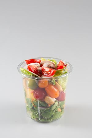 プラスチックのテイクアウト容器に準備されたサラダのサービング