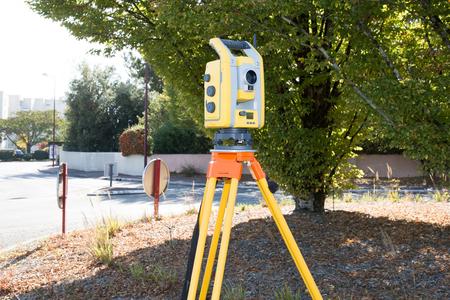 Entfernungsmessung Mit Theodolit : Landvermesser bei der arbeit mit einem infrarot reflektor für die