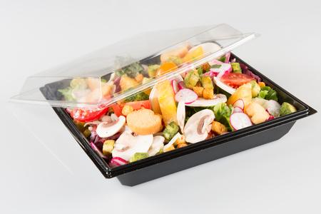 Para llevar, ensaladas de comida en plasmasovy ware Foto de archivo