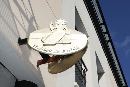 フランスの建物のファサード・フイシエ・ド・ジャスティスの道路保釈プレートに署名することは、保釈事務所を意味します 写真素材