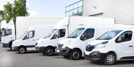Varios automóviles camiones estacionados en el estacionamiento para alquiler o entrega