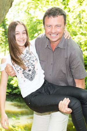 knappe vader met tienerdochter in de tuin