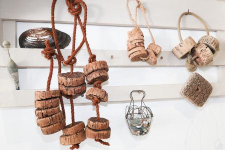 altes Fischernetz schwimmt in Kork, der am Strand aufgenommen wird, der in der Vintage-Dekoration verwendet wird