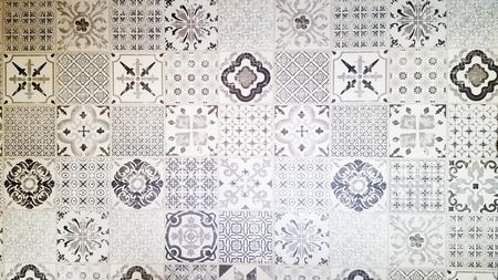 graues weißes und schwarzes Muster gesetzter Fliesenhintergrund dekorative Keramikwand