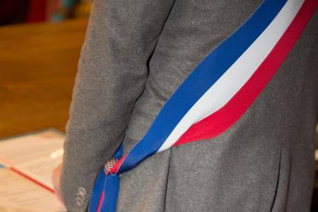 Maire français avec un drapeau foulard pendant la journée de désherbage à l'hôtel de ville