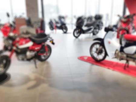 moto negozio sfocata con scooter ciclomotore in vendita