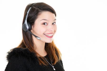 Opérateur téléphonique centre d'appel femme souriante vous regarde sur fond blanc