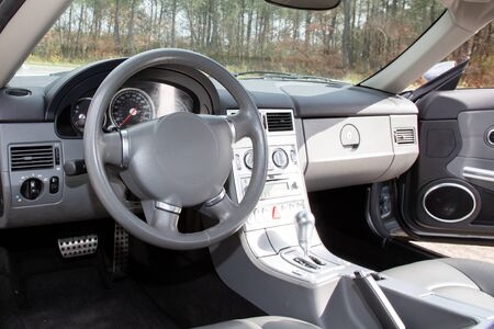 Interior del coche moderno en la foto del primer