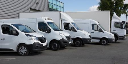 Camions de livraison blancs garés dans le bâtiment d'entrepôt