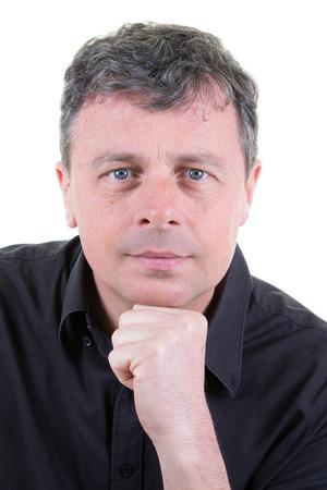 Porträt einer gutaussehenden reifen Mannhand am Kinn mit blauen Augen