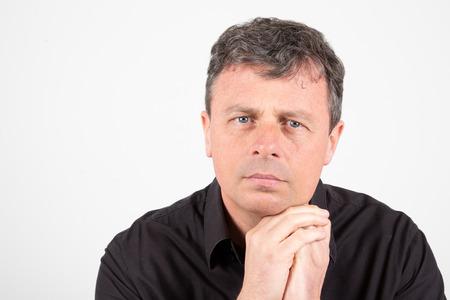 Hombre de negocios serio retrato exitoso gerente de mediana edad hombre de negocios de pie en fondo blanco aislado