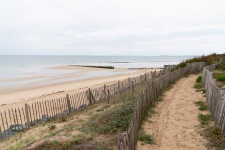 Chemin de la plage à travers les dunes de l'ile de re en français country island