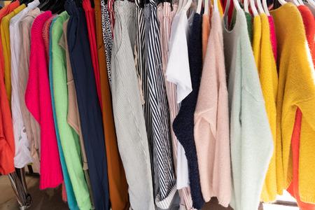Collezione di vestiti appesi su appendiabiti on