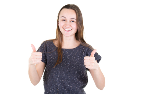 junge fröhliche Frau zeigt Daumen nach oben