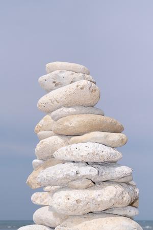 Steinpyramide am Sky Beach Zen Rock im Konzept von Gleichgewicht und Harmonie Standard-Bild