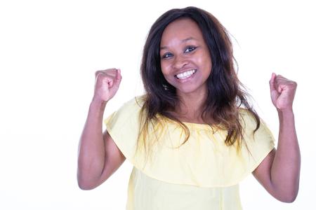 Belle jeune femme afro-américaine sur fond isolé célébrant le succès fou du concept de gagnant fou avec les bras levés excités Banque d'images