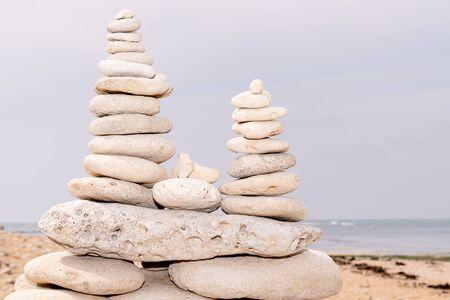 Spa-Steine balancieren am Strand von Ile de Re France Standard-Bild