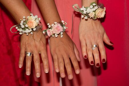 girlfriends of bride hands decorated with flower bracelets Banque d'images - 132114664