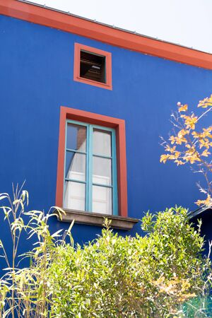 facade trentemoult blue orange house in village France Foto de archivo - 129253314
