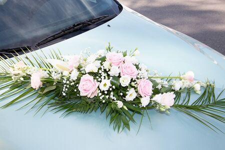 wedding car decorated with colorful pink flowers on a sunny day Standard-Bild - 129253305