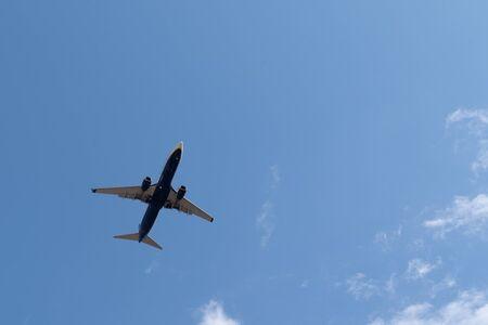 Airplane flying in the sky overhead Zdjęcie Seryjne