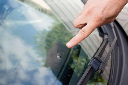 Glazenmaker voorruit op Gebroken auto voorruit glas van steen puntig horloge van vinger hand