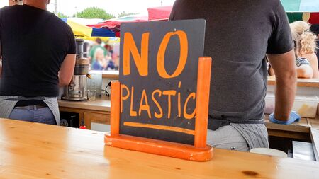 snack bar sign say no to plastic straw tubes bag bottle cup to save the earth and ocean Banco de Imagens